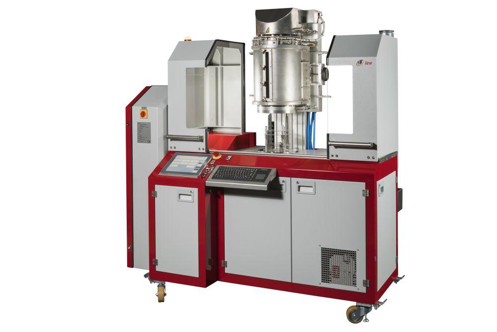 Die VVBM 200 besteht aus einer vertikalen Vakuumkammer mit einer Pfeiffer Vacuum Turbopumpe  inkl. SPS-Ablaufsteuerung zur präzisen Temperaturregelung der Anlage.